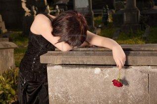 10673537-mujer-de-halloween-vestido-de-gotico-llorando-en-una-tumba